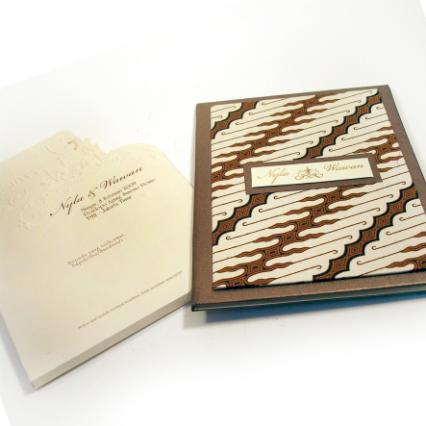 Contoh undangan pernikahan jawa motif batik