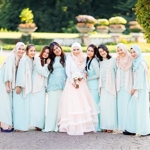 Memilih baju pengantin dan seragam atau kebaya untuk kerabat, bridesmaid, sahabat