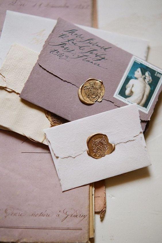 Undangan pernikahan vintage dengan amplop jadul